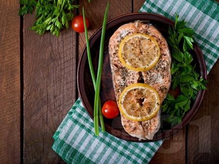 Печена сьомга с подправки, лимон и мента - снимка на рецептата